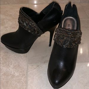 Black boot pump with detail